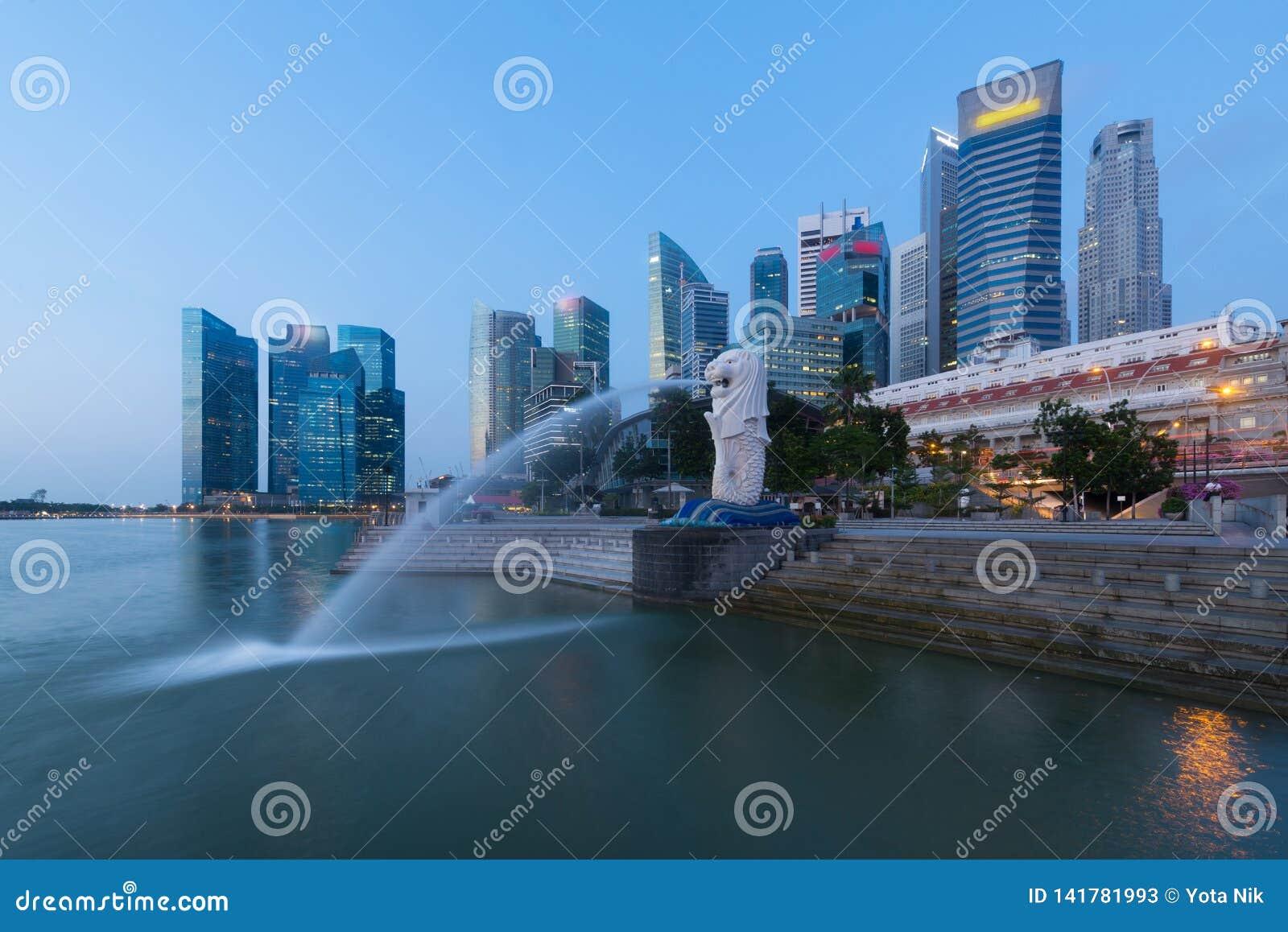 Ciudad de Singapur skyling en distrito financiero en la oscuridad