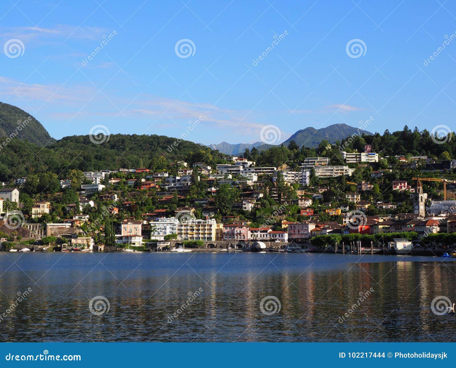 Ciudad del viaje de ASCONA en SUIZA con la vista escénica del lago Maggiore