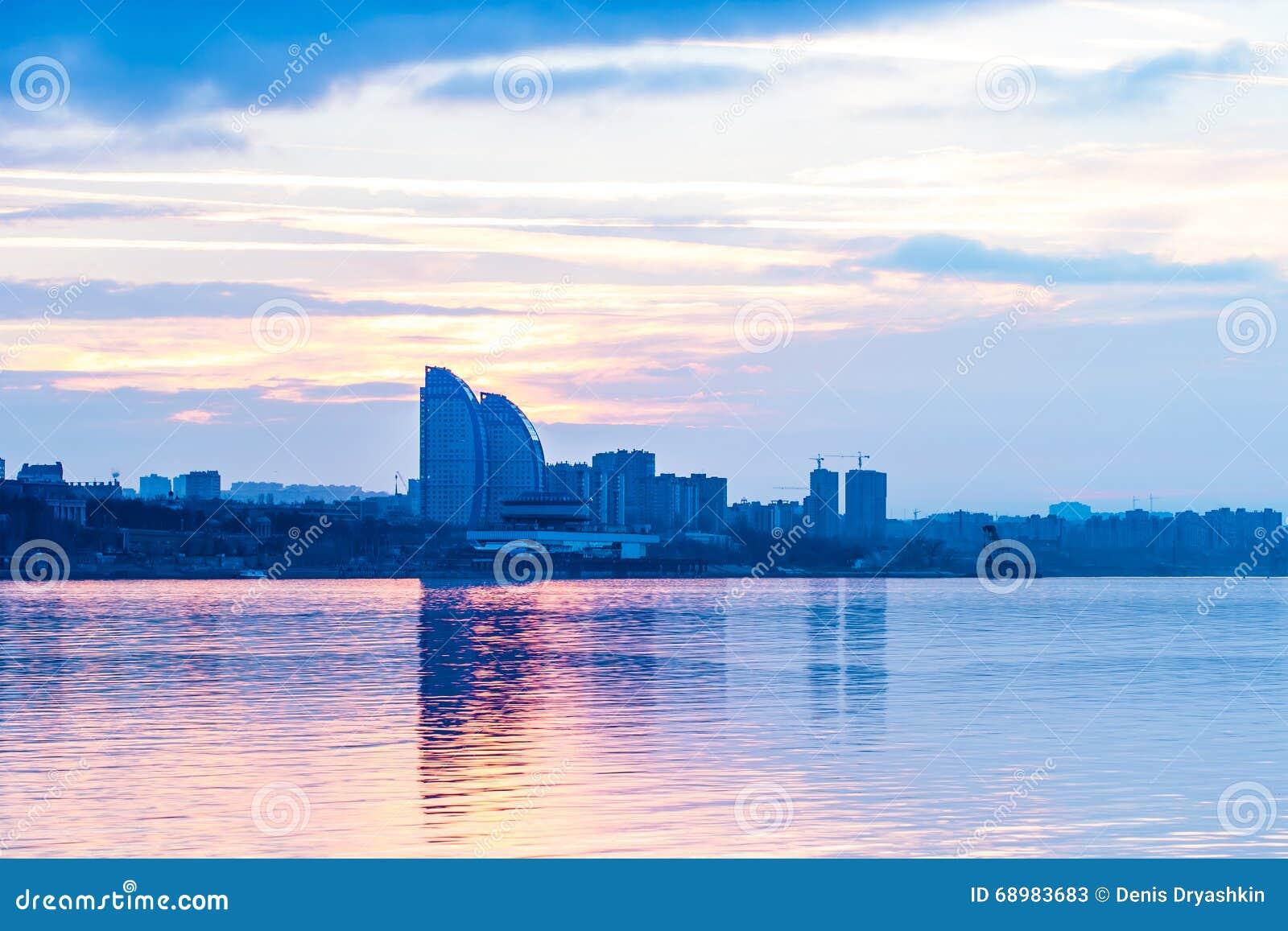 Ciudad en la puesta del sol
