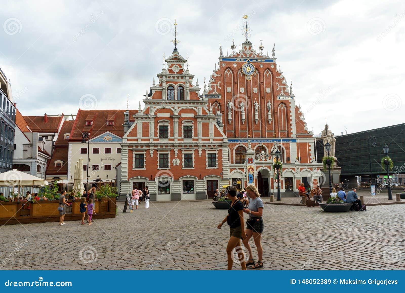Ciudad Hall Square con la casa de la iglesia de las espinillas y de San Pedro en la ciudad vieja de Riga, Letonia, el 24 de julio