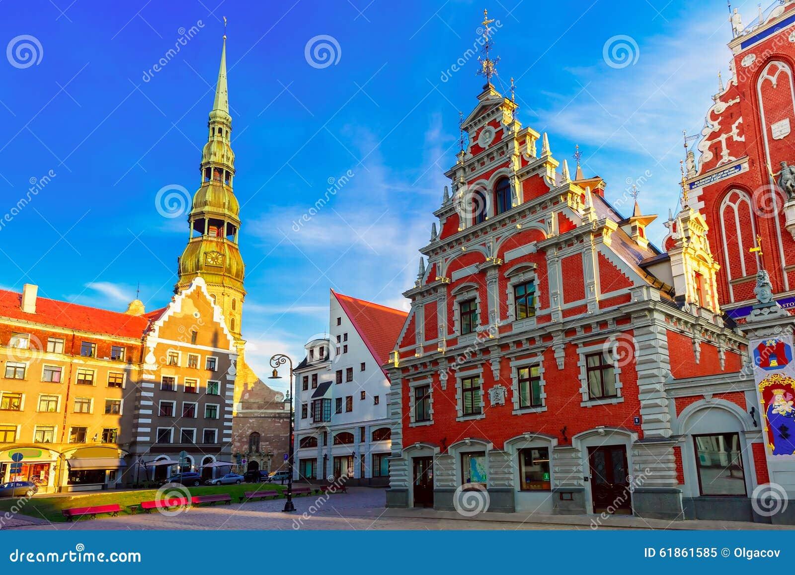 Ciudad Hall Square en la ciudad vieja de Riga, Letonia