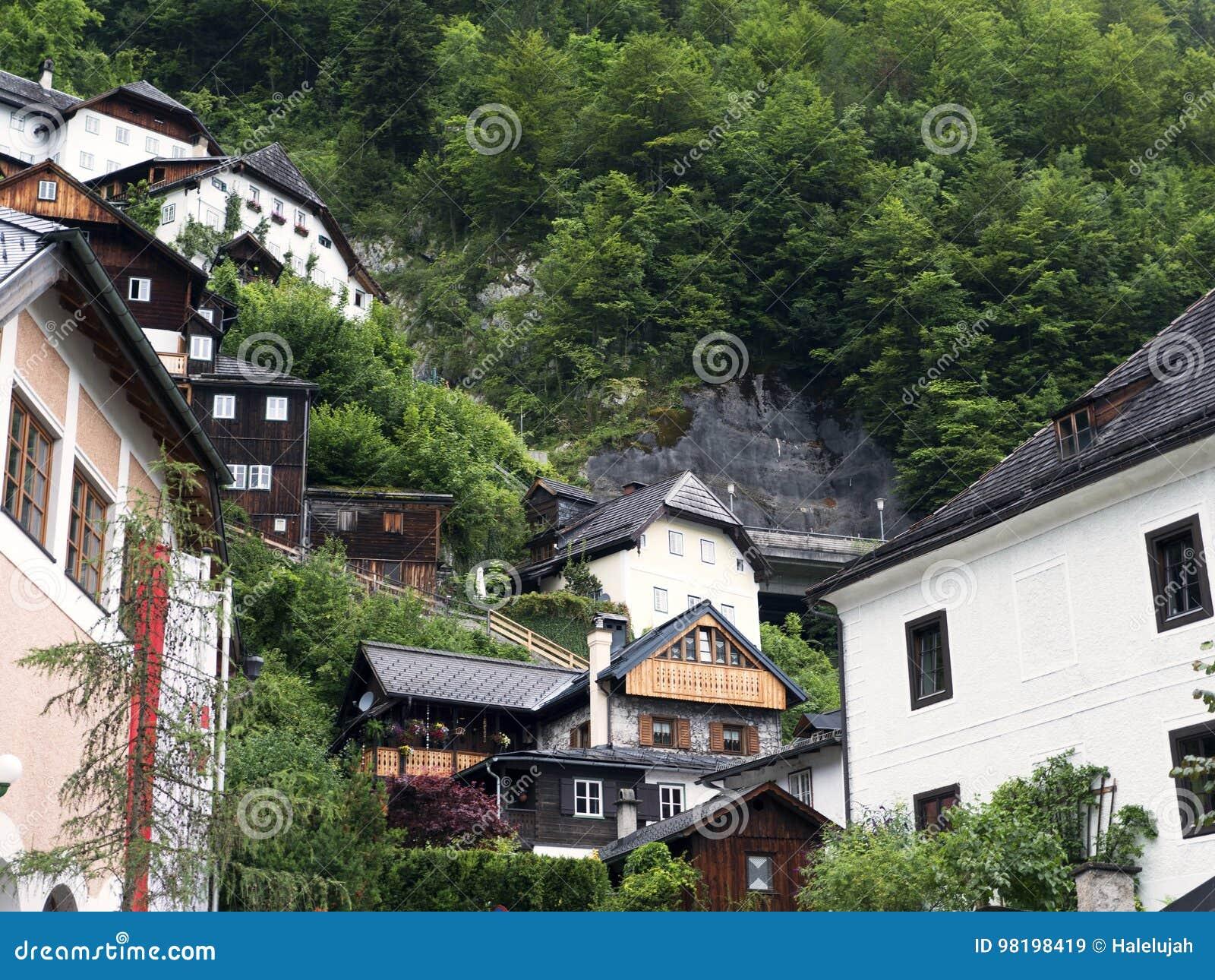 Ciudad Hallstatt con el lago de la montaña y las minas de sal Macizo alpino, barranco hermoso en Austria