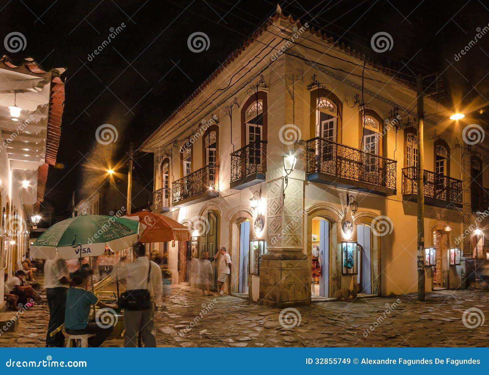 Ciudad histórica de Paraty en la noche