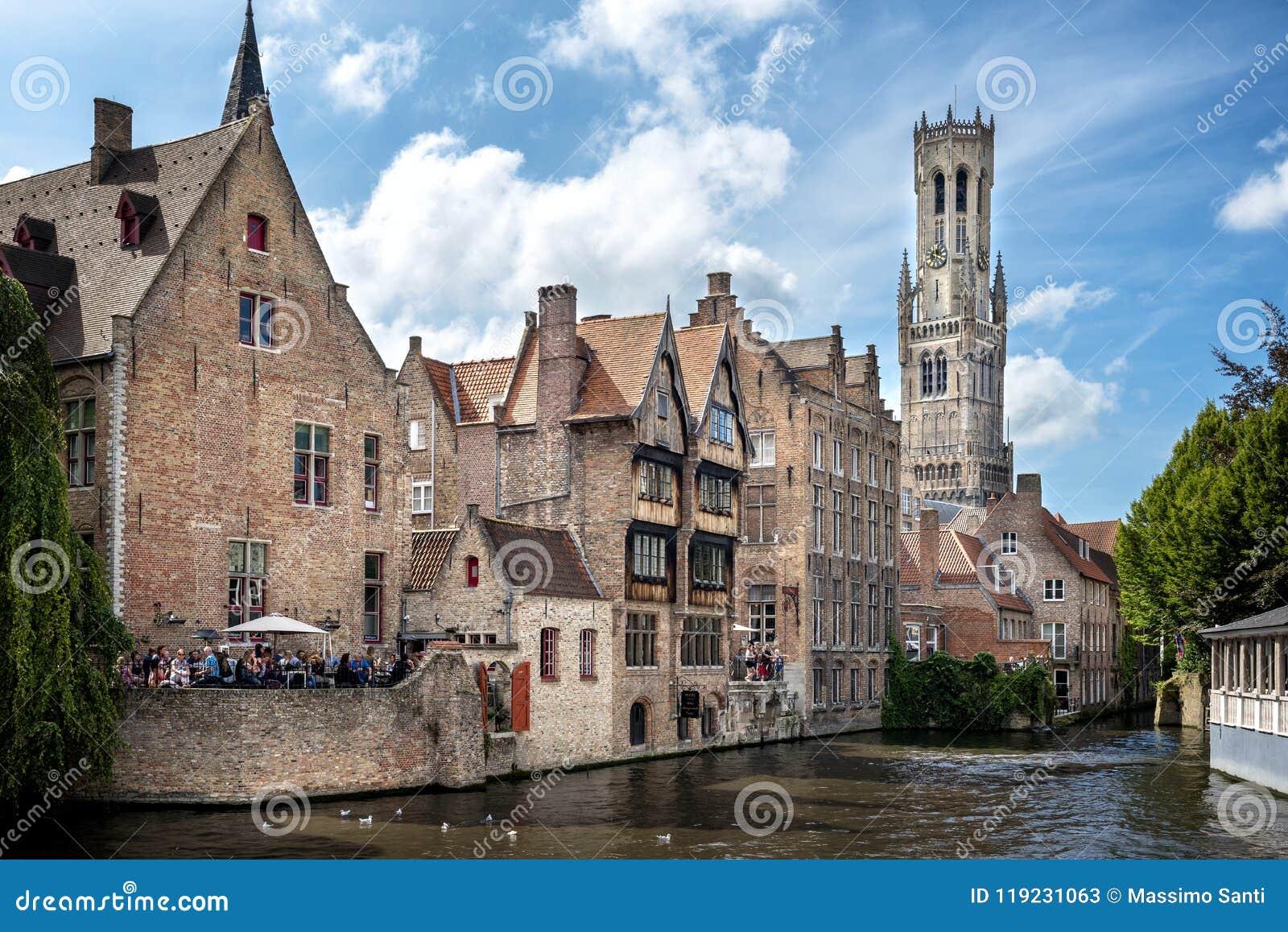 Ciudad histórica medieval de Brujas Calles de Brujas y centro, canales y edificios históricos bélgica