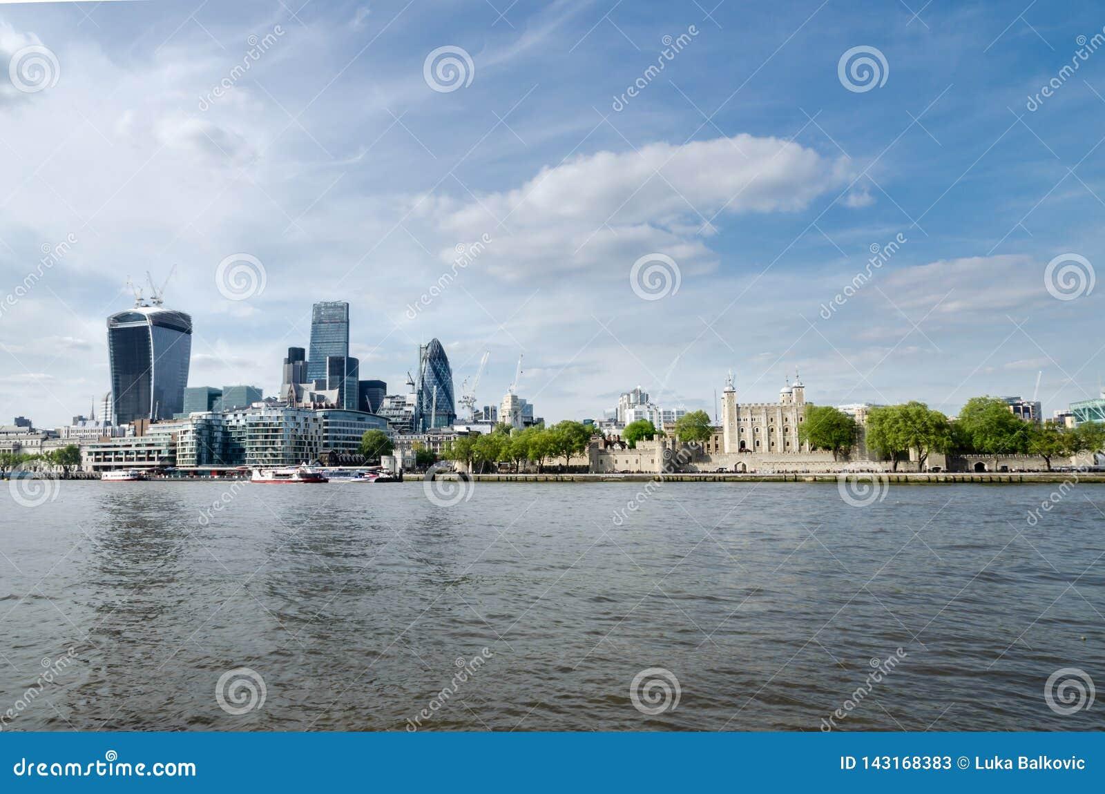 Ciudad/Inglaterra de Londres: Horizonte de la ciudad cerca del puente de la torre