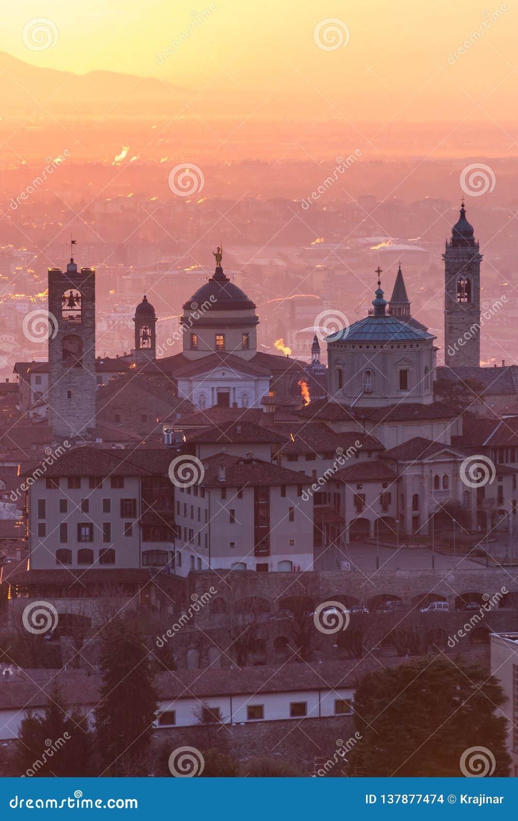 Ciudad medieval hermosa en la mañana de la salida del sol con vistas principales de Bérgamo Lombardía de Castello di San Vigilio,