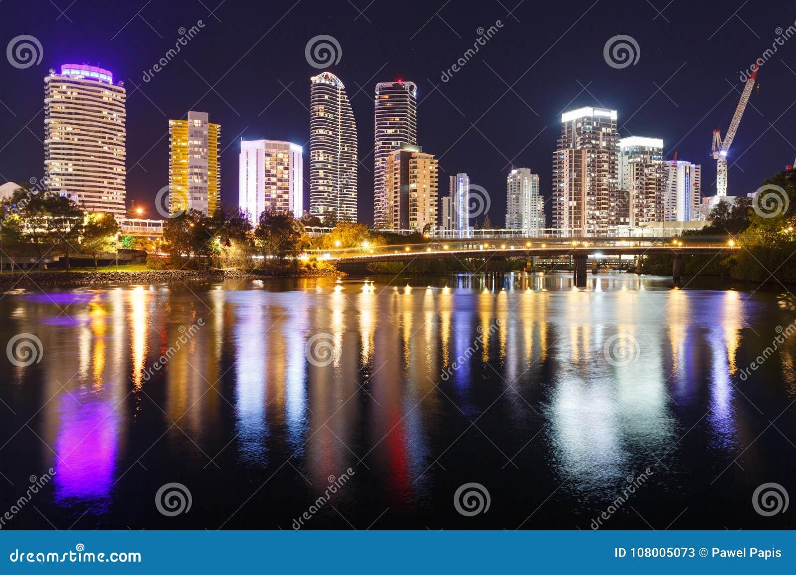 Ciudad moderna australiana en la noche