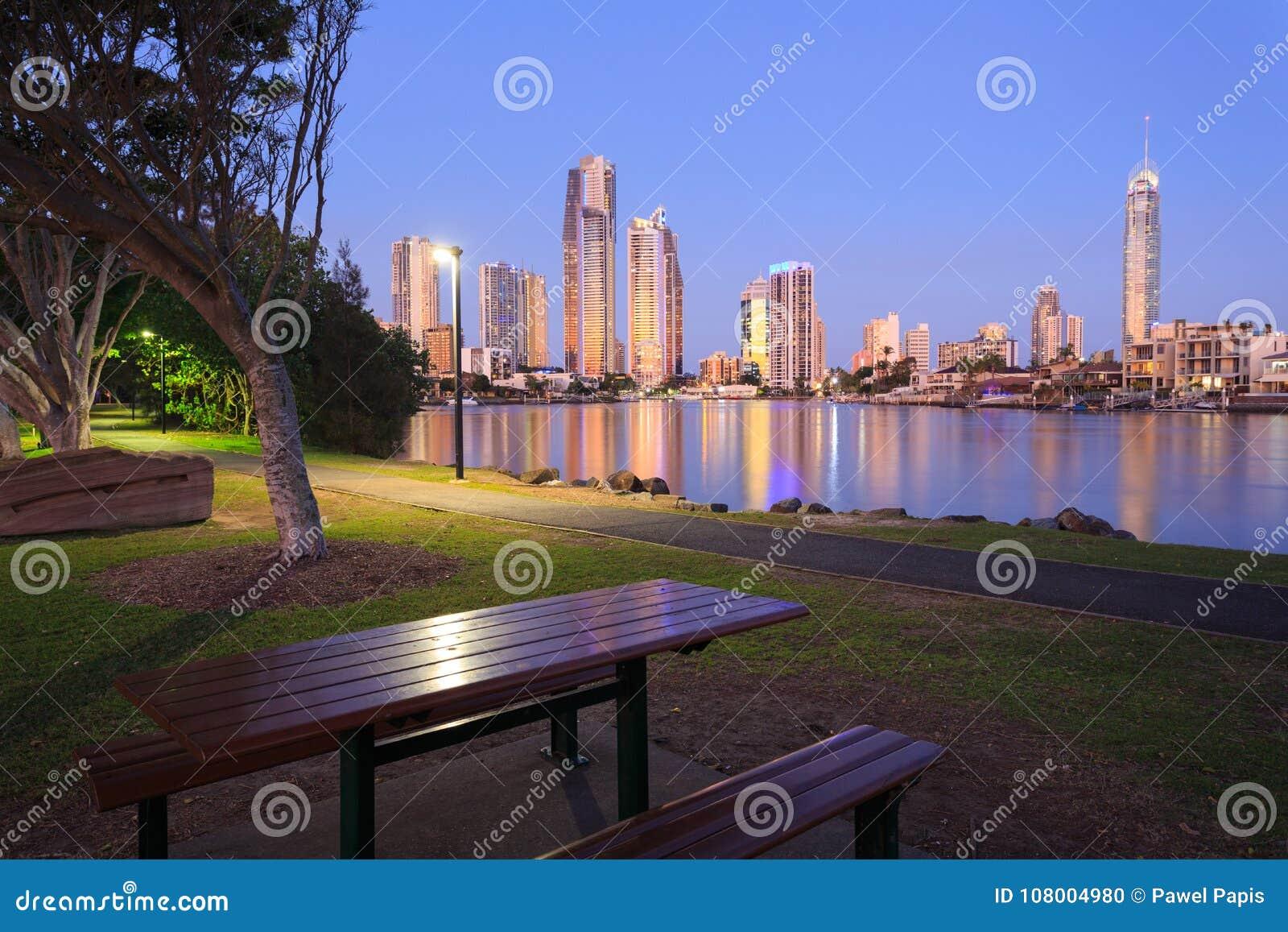 Ciudad moderna australiana por la tarde