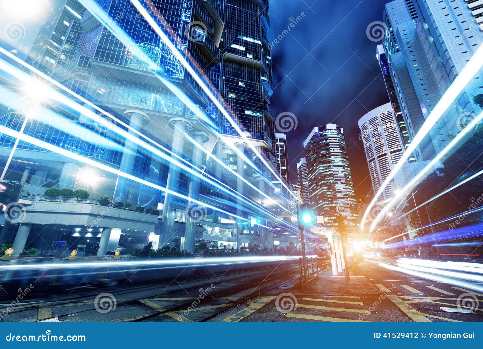 Ciudad moderna en la noche