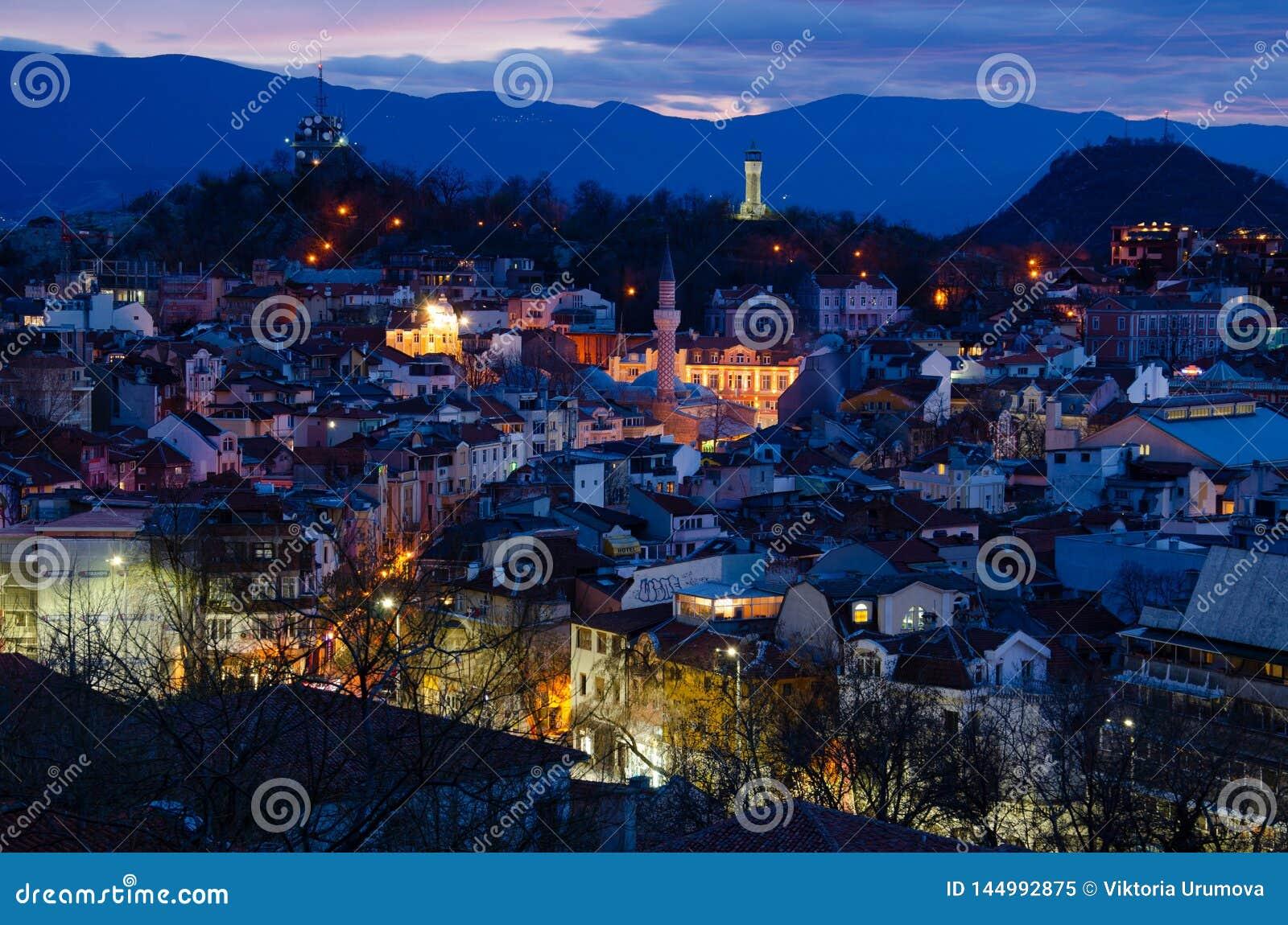 Ciudad Plovdiv, Bulgaria de la noche Visi?n desde la una de las colinas