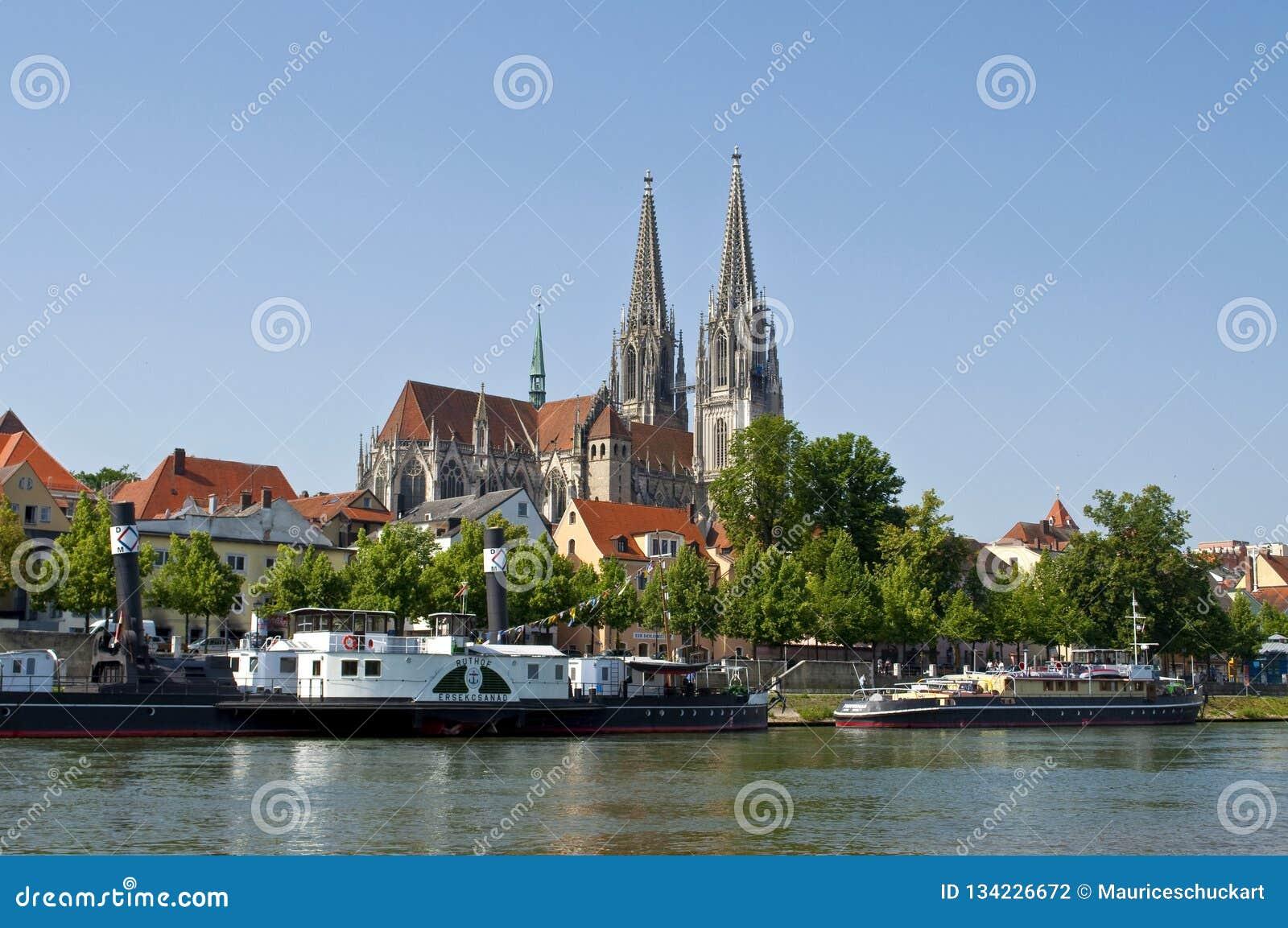 Ciudad vieja alemana Regensburg en el río Danubio