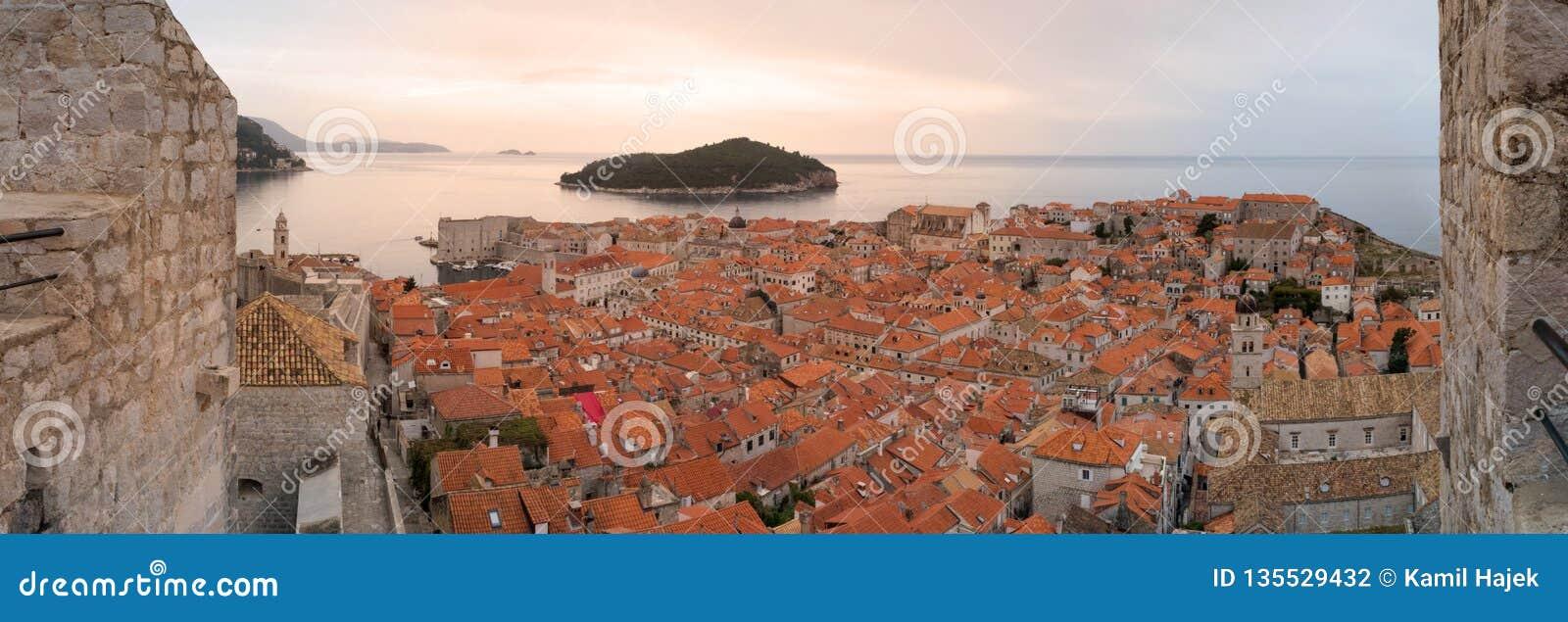 Ciudad vieja de Dubrovnik de las paredes de la ciudad