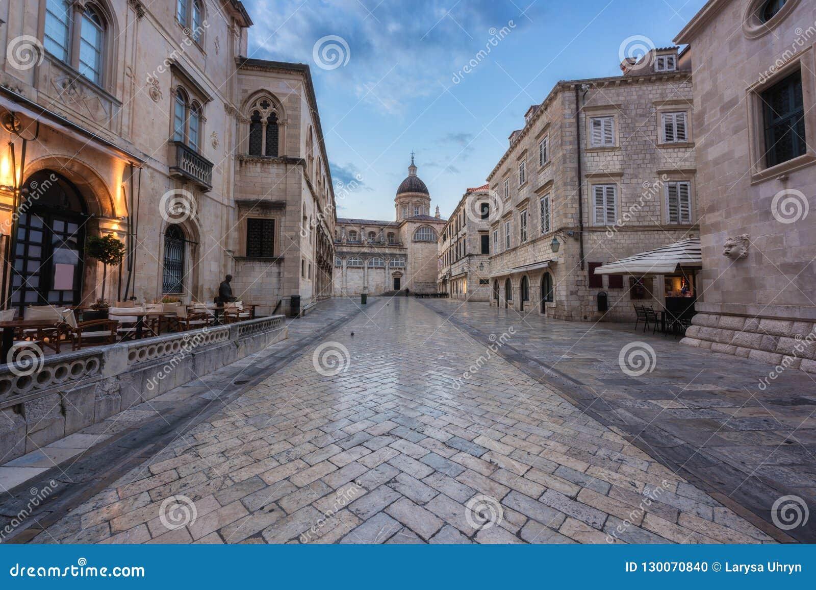 Ciudad vieja de Dubrovnik, vista que sorprende de la arquitectura medieval a lo largo de la calle de piedra, ruta turística en el