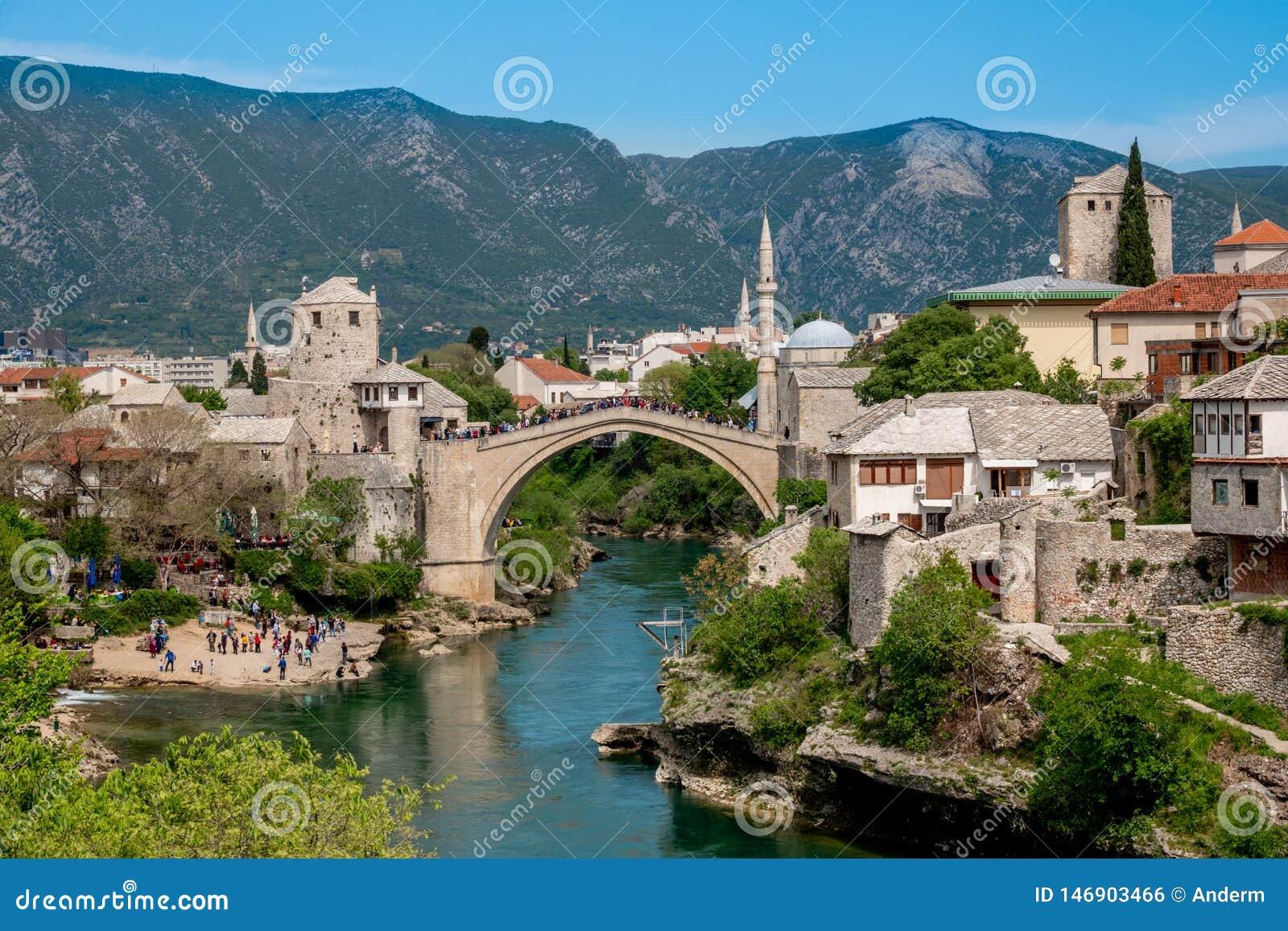 Ciudad vieja de Mostar, Bosnia y Herzegovina, con Stari la mayor?a del puente, del r?o de Neretva y de las mezquitas viejas