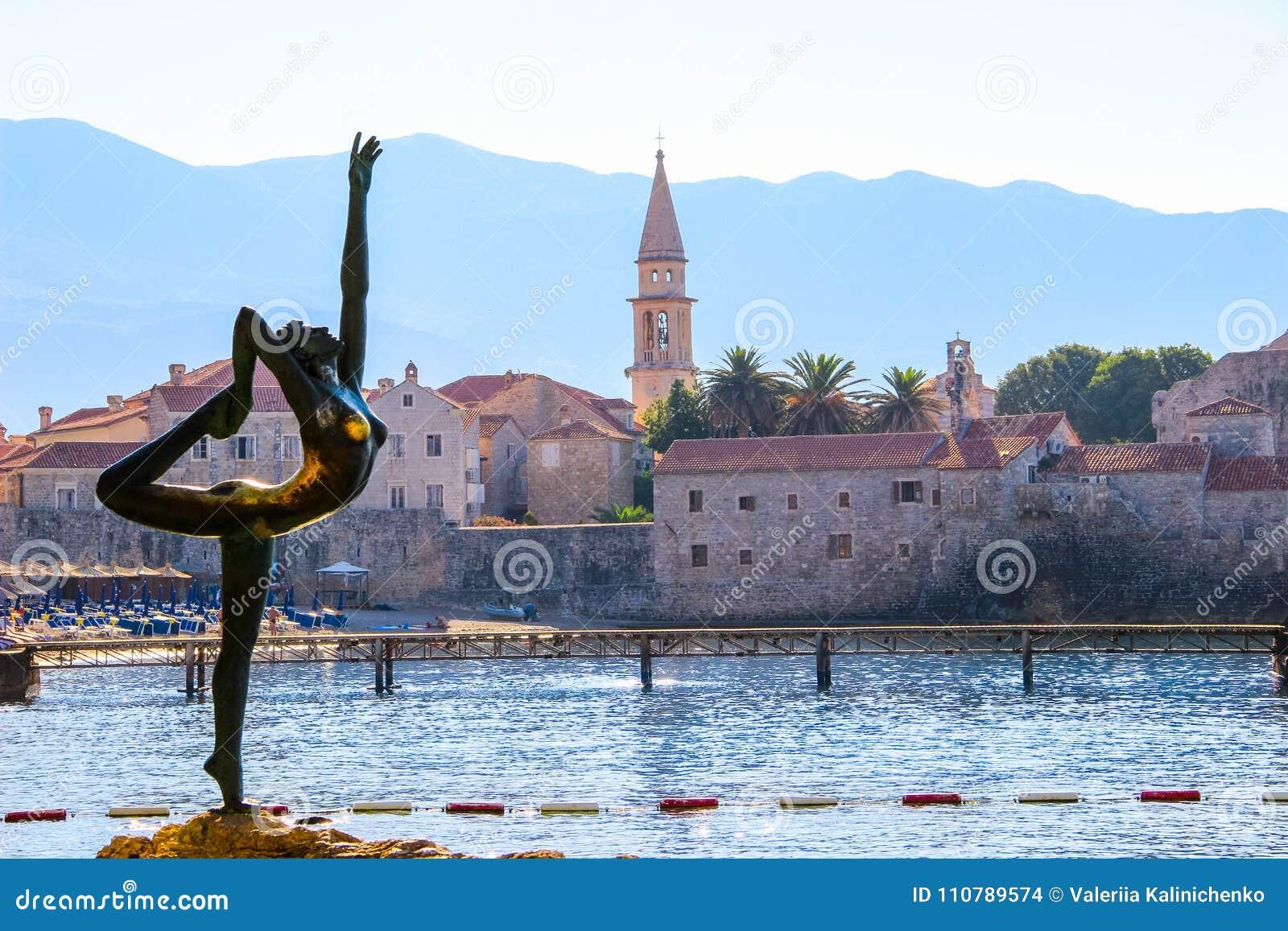 Ciudad vieja en Budva, Montenegro, visión desde la playa de Mogren