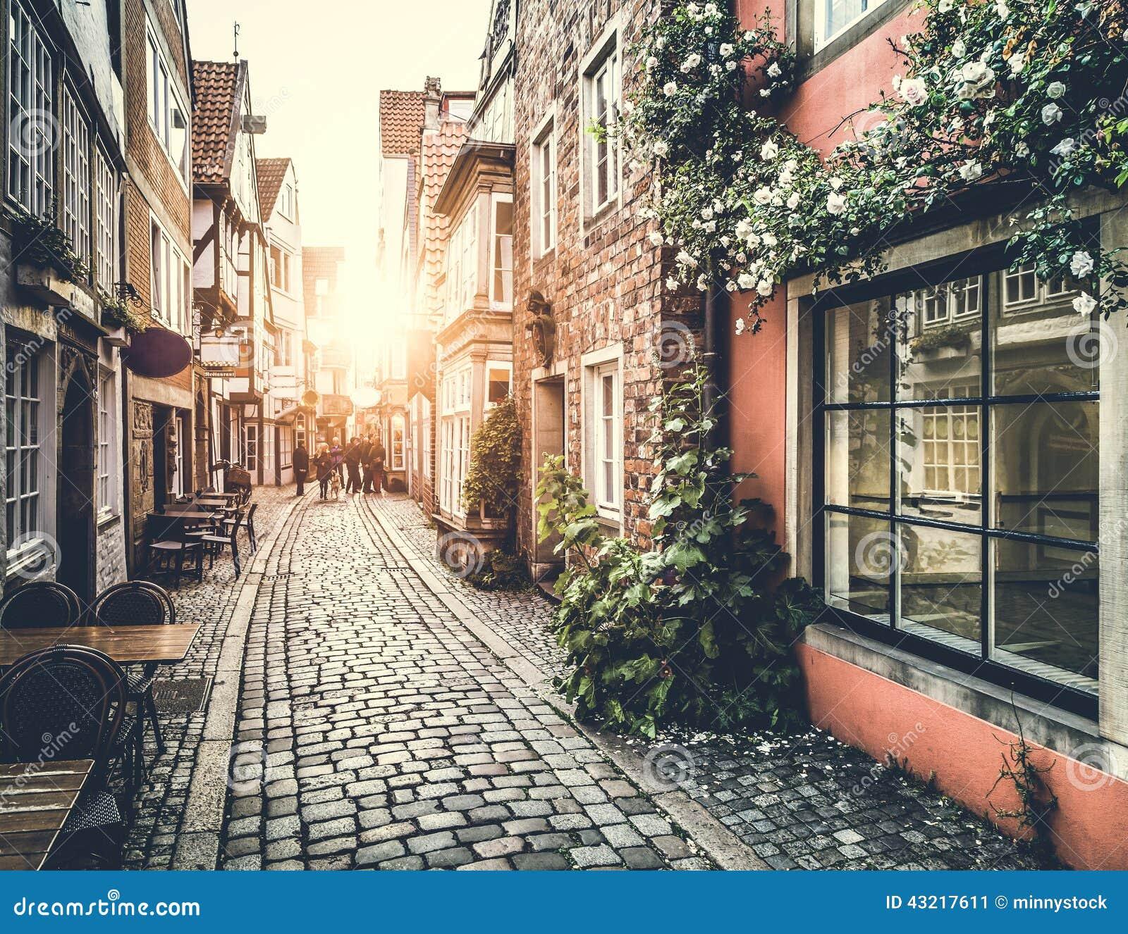 Ciudad vieja en Europa en la puesta del sol con efecto del vintage