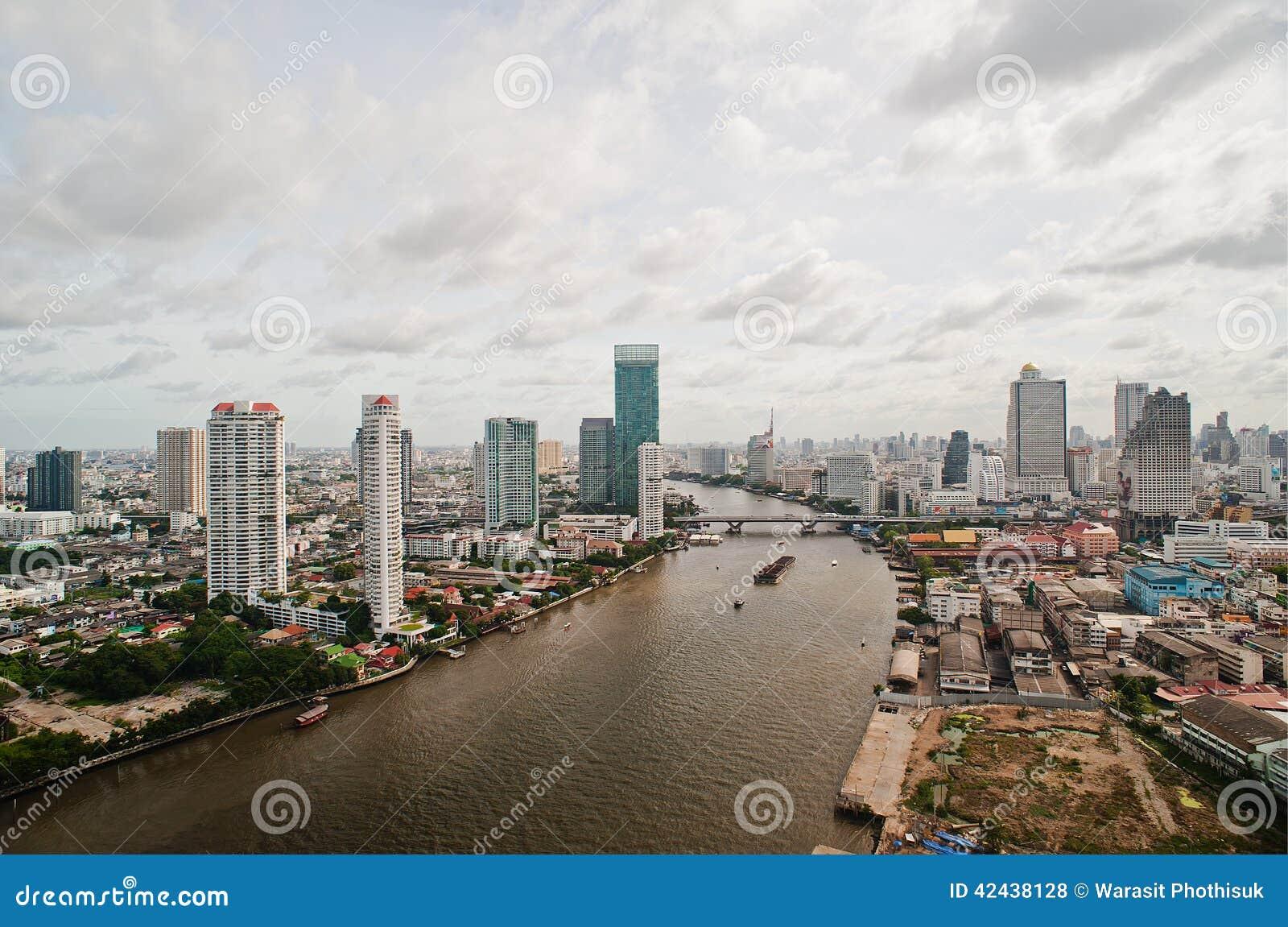 Ciudad y Chao Praya River de Bangkok