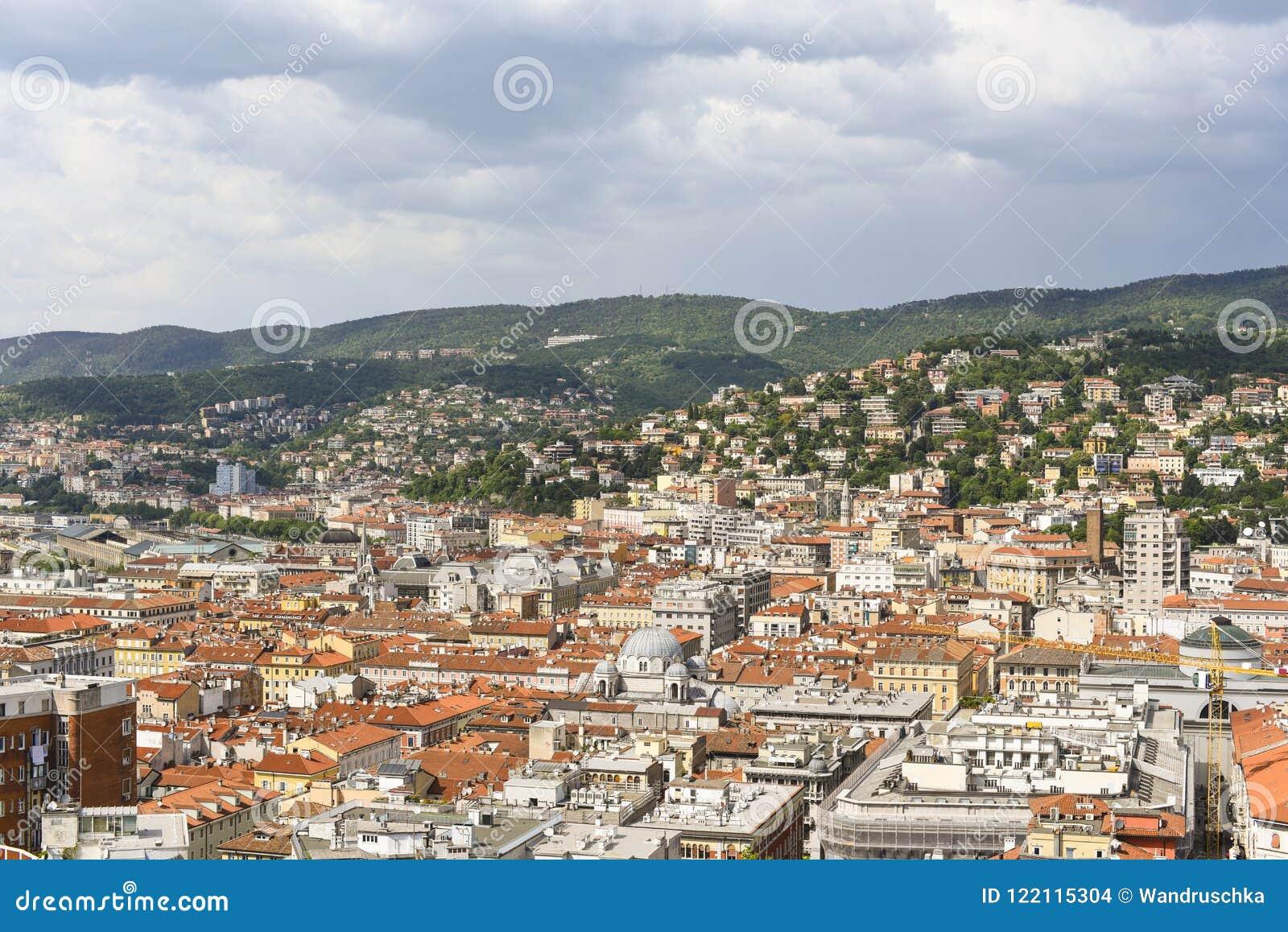 Ciudad y montañas de Trieste en Italia