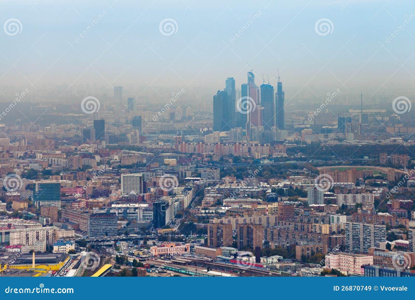 Ciudad y paisaje urbano de Moscú en día del otoño de la niebla con humo