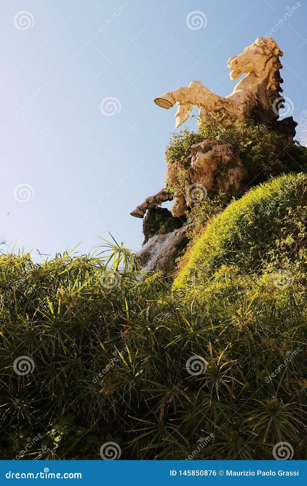 Ciutadella Park Ein Brunnen mit der Skulptur untergetaucht in einem Papyrusumhang