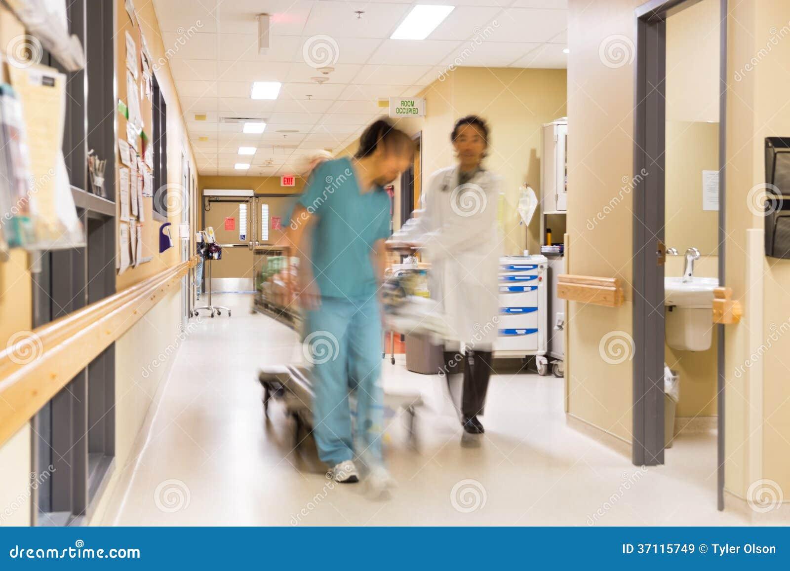 Civière de docteur And Nurse Pulling dans l hôpital