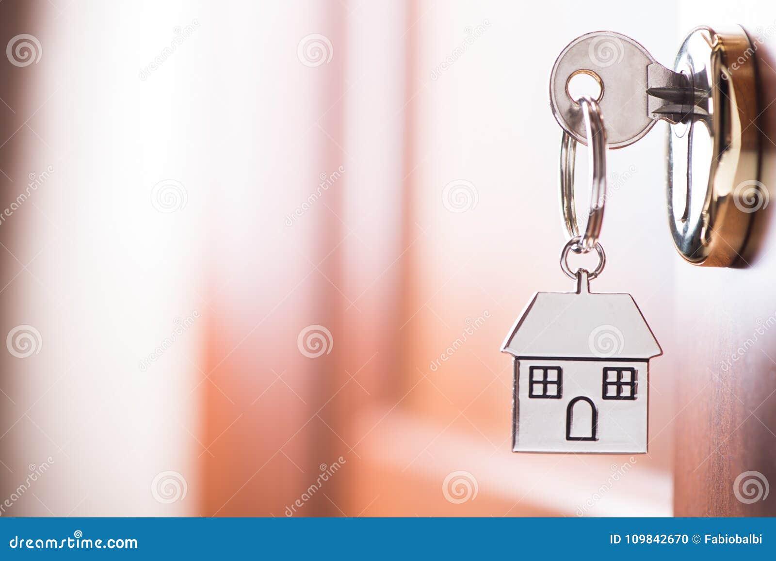 Clé de Chambre sur une porte de brun de maison