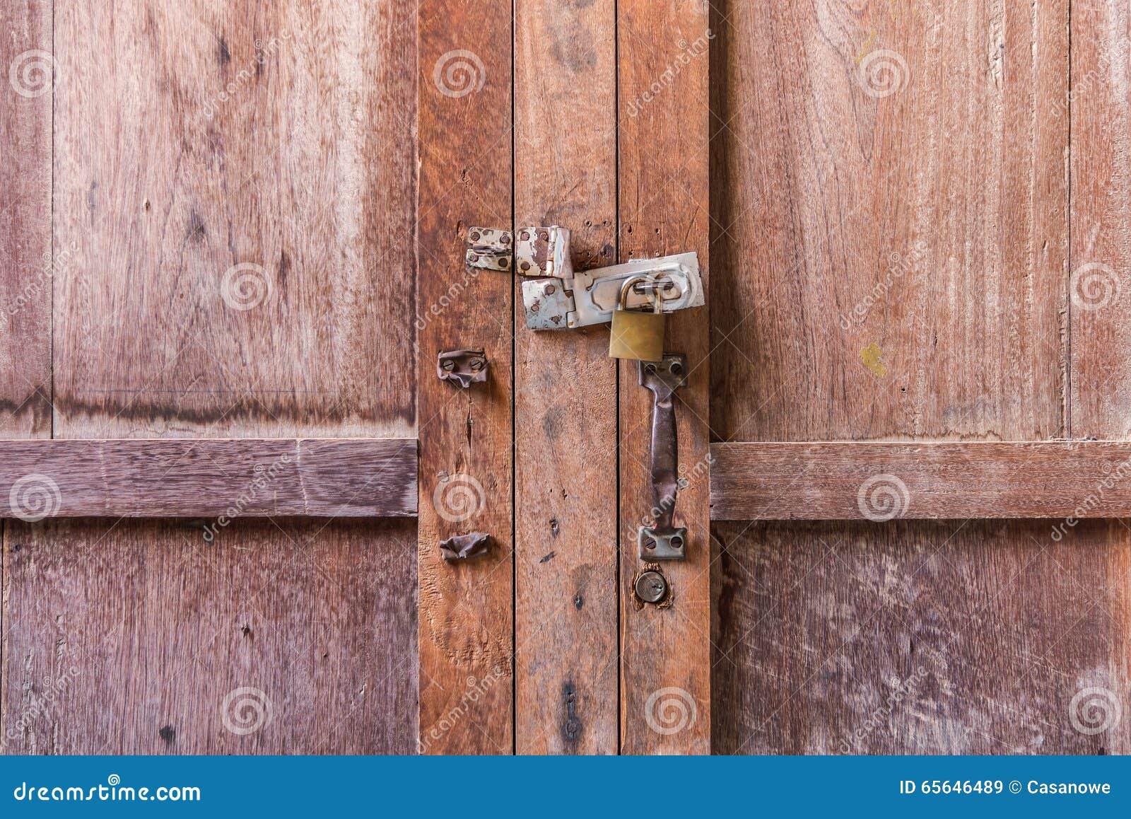 Clé machine sur le bouton en bois de porte et de clé