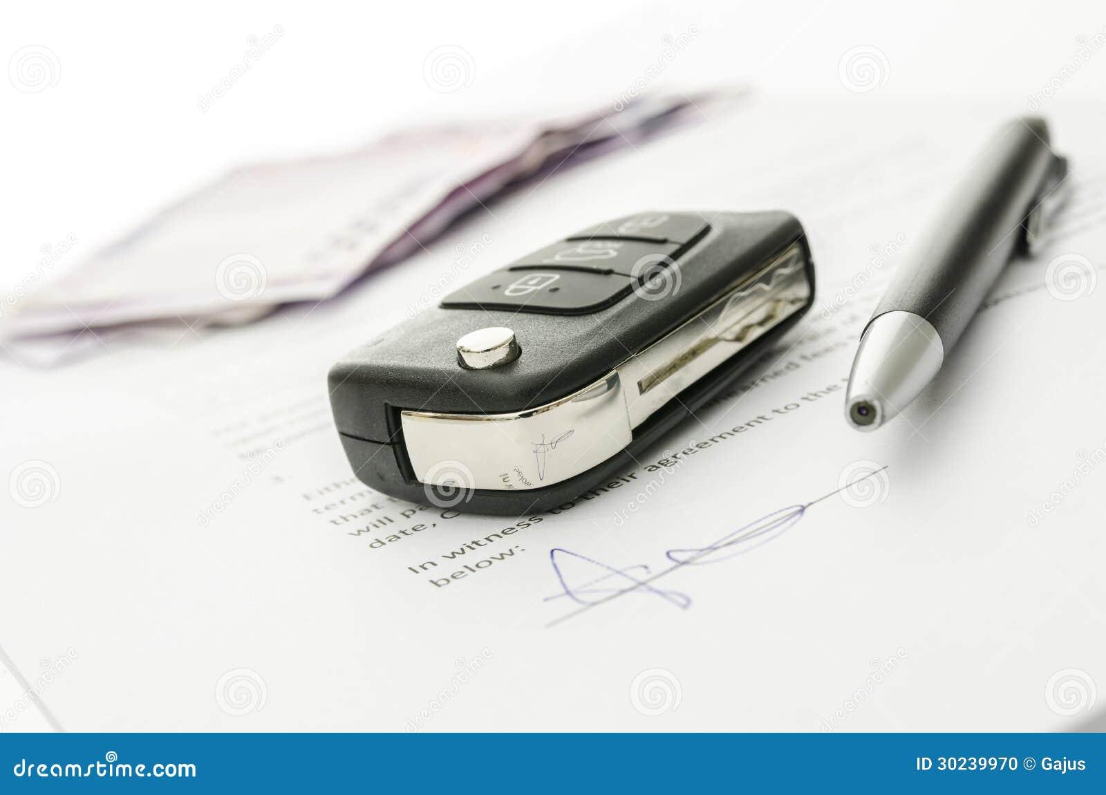 Clé de voiture sur un contrat de vente de voiture