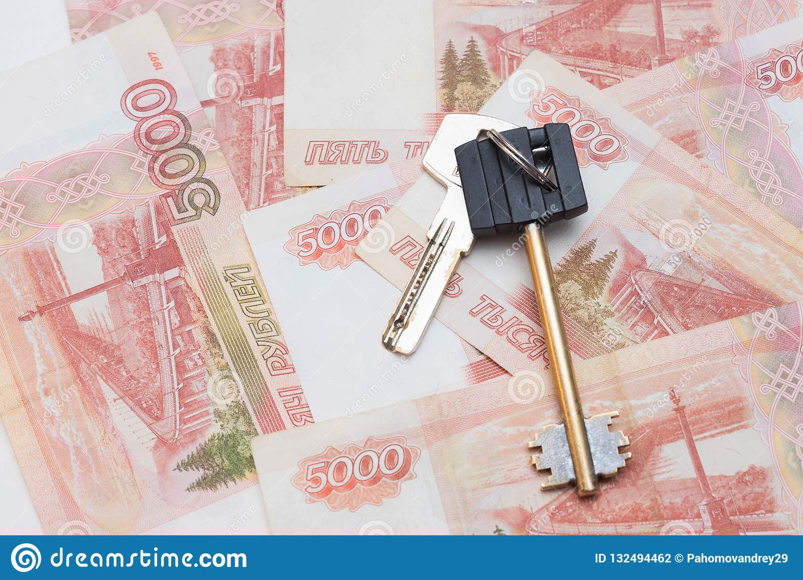 Clés de Chambre sur le fond de cinq mille roubles de billets de banque Achat des immeubles Voyage et argent Achat d appartement