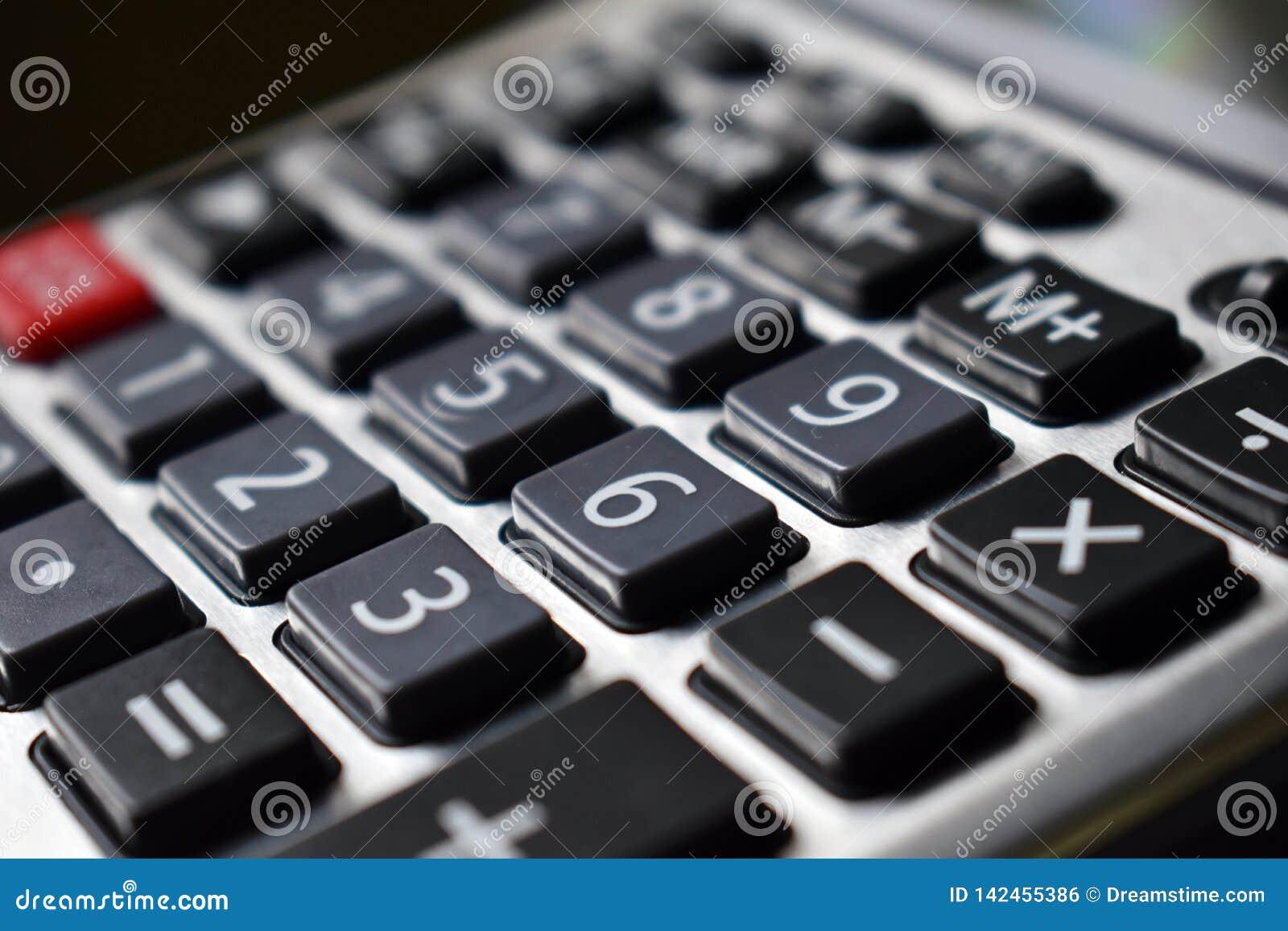 Clés de noir de calculatrice avec les nombres blancs et un bouton rouge