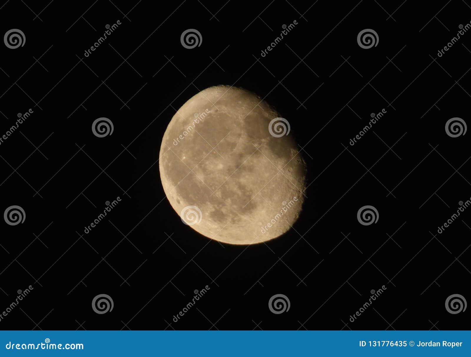 Clôturez la photographie de la lune, la lune est un corps celeste qui satellise la terre de planète, étant seul naturel permanent