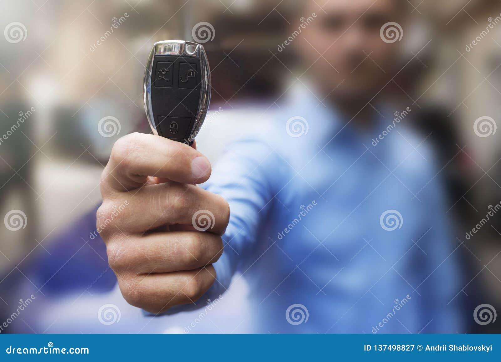 Cl?s de voiture La main de l homme présente les clés