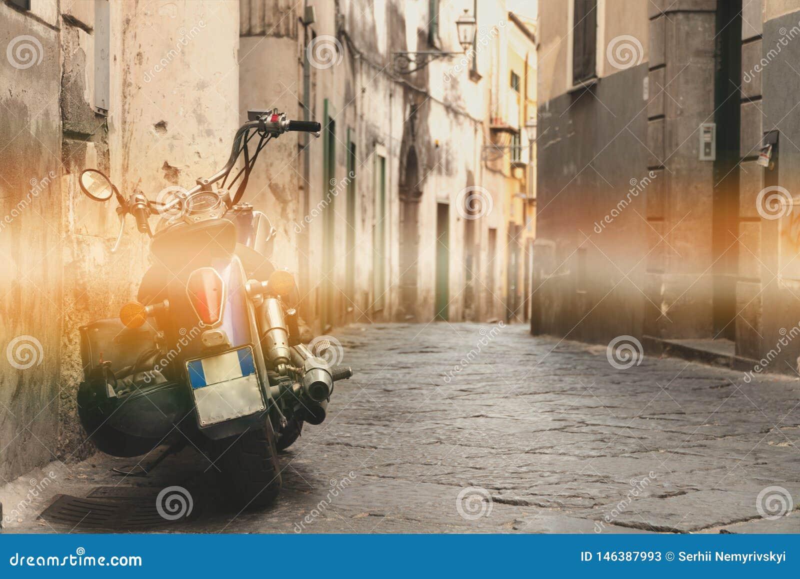 Cl?ssico na rua, rua velha da motocicleta da montanha, projeto de conceito do curso da excurs?o, espa?o para o texto