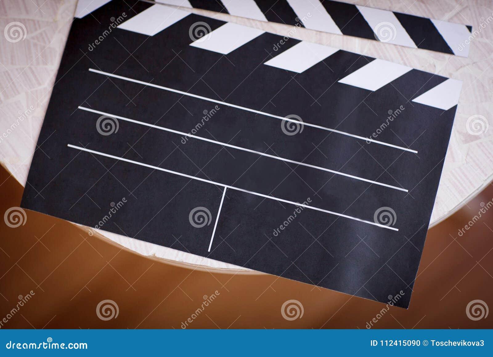 Clapperboard do filme na opinião superior do fundo da tabela
