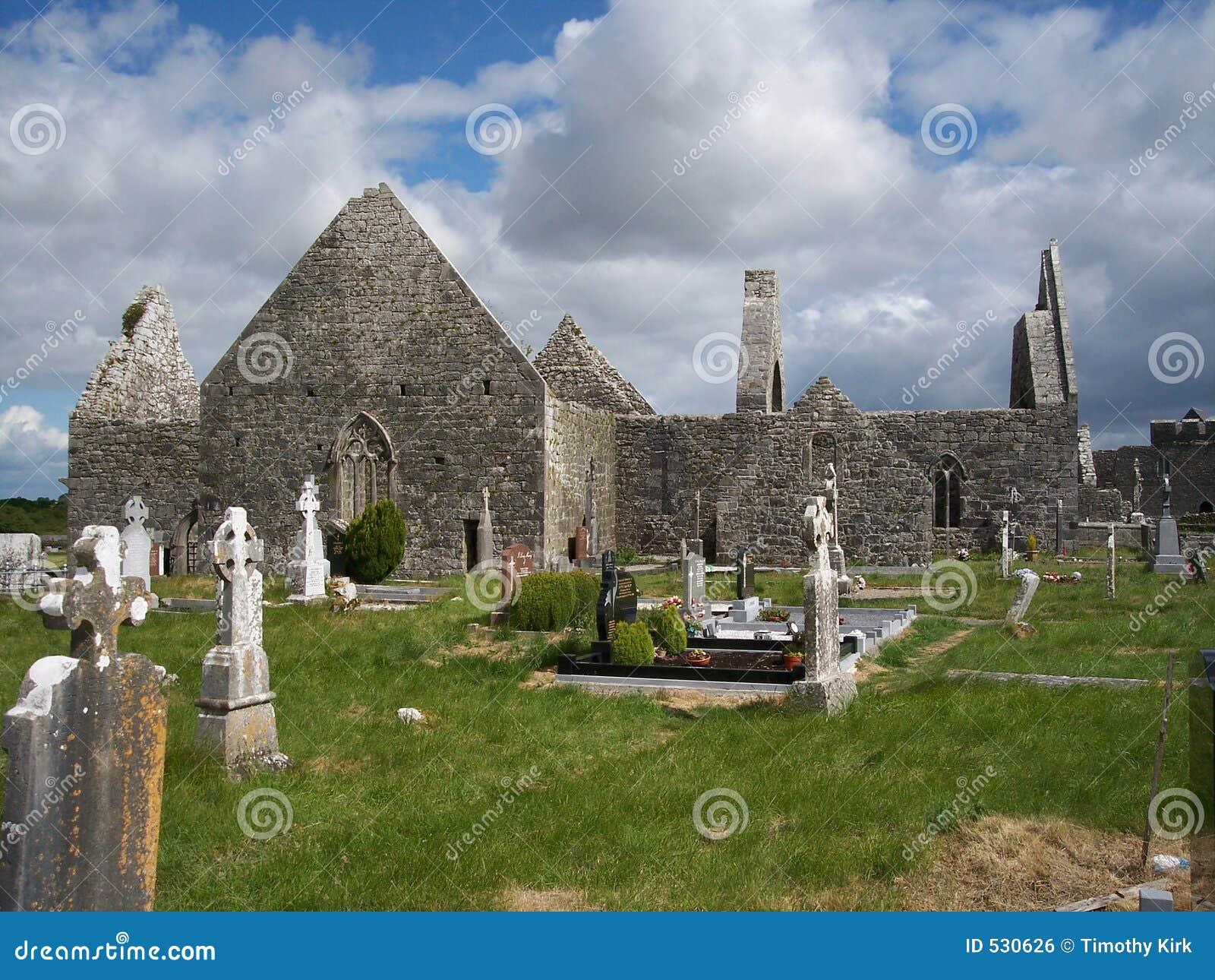 Download Clare co爱尔兰kilmacduagh 库存照片. 图片 包括有 修士, 蓝色, 宽容, 埋没, 灰色 - 530626