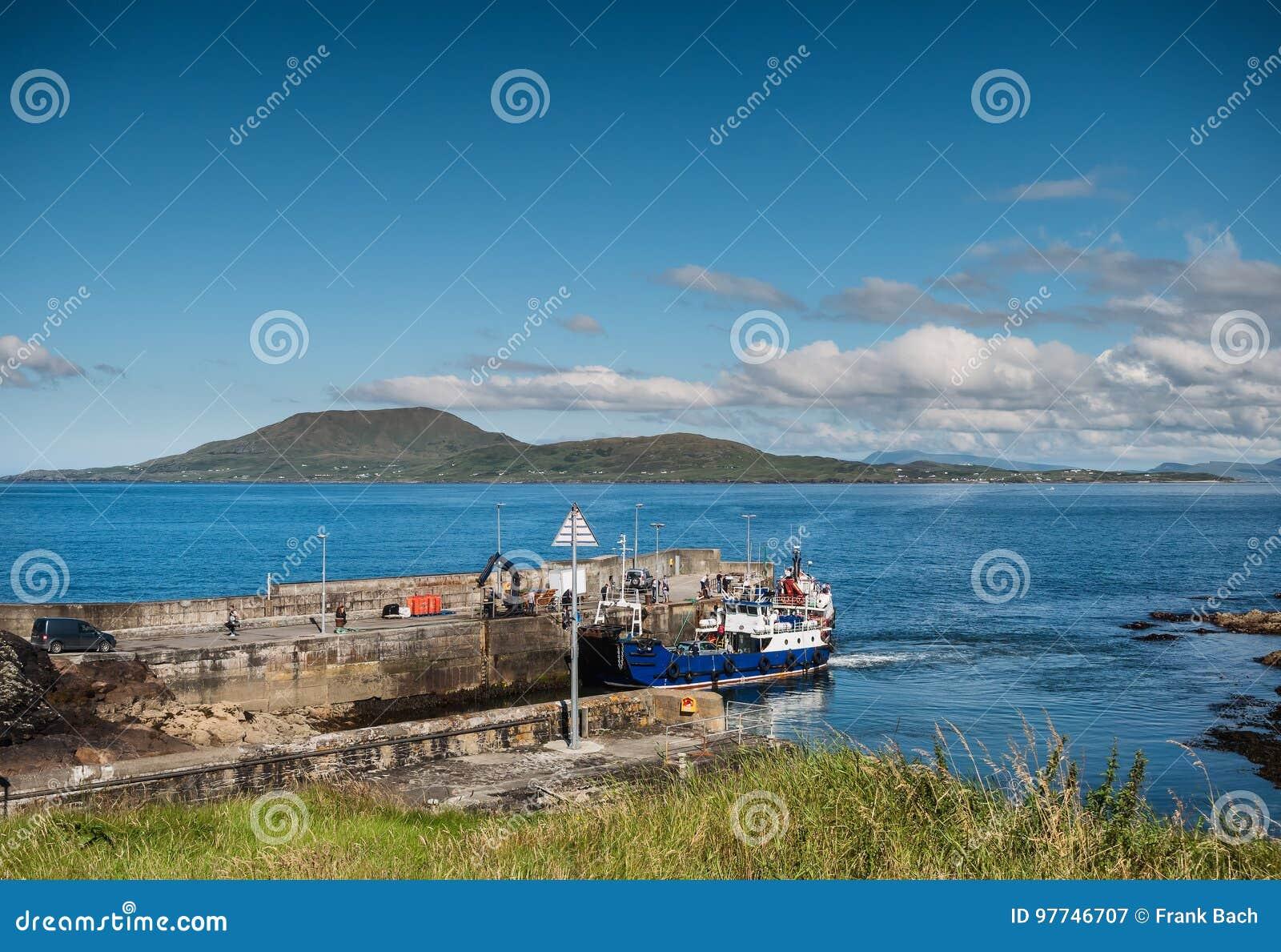 Clare Island visto da Roonah Quay in contea Mayo, Irlanda