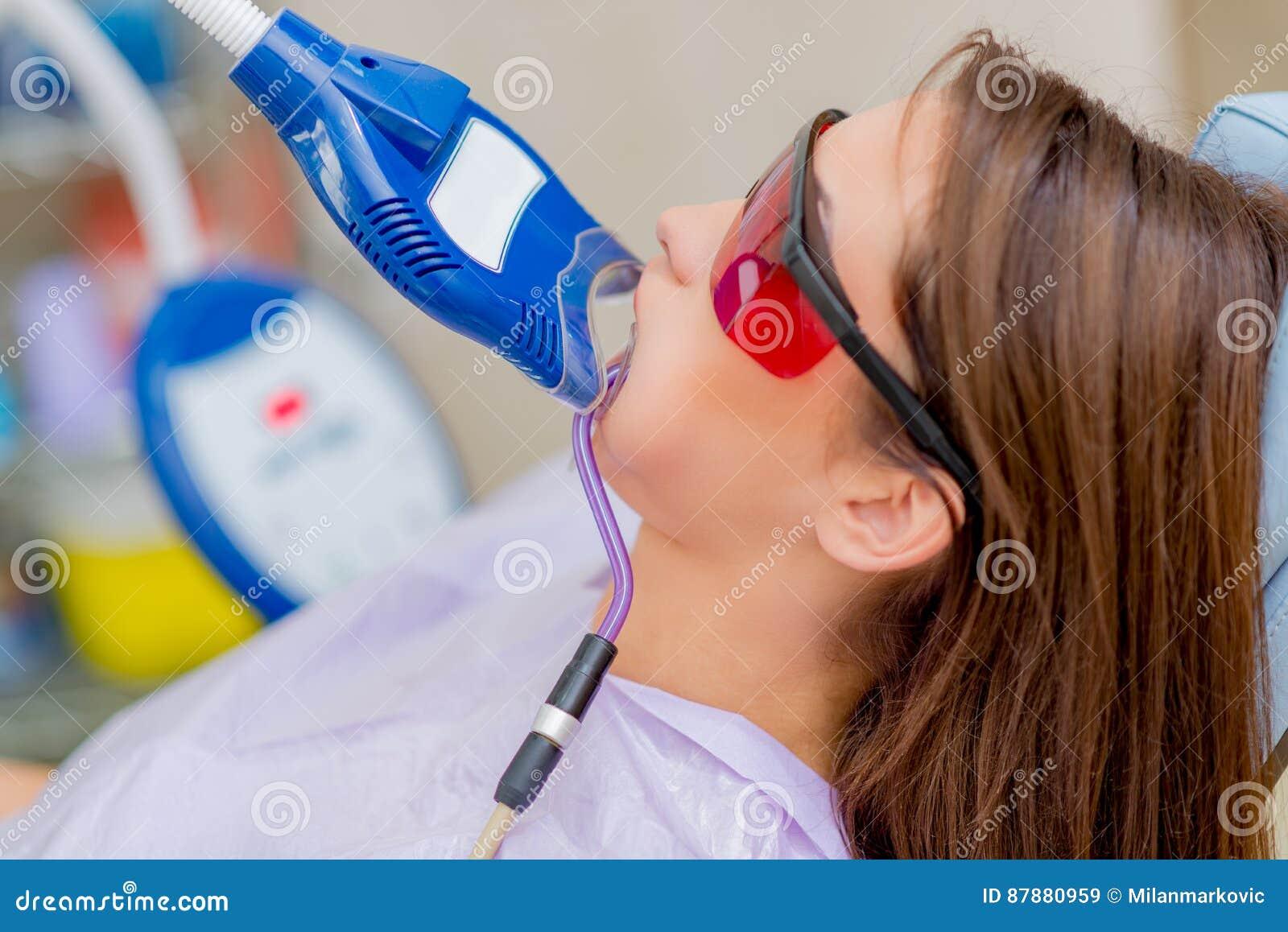 Clarear Dos Dentes Do Laser Imagem De Stock Imagem De Saude
