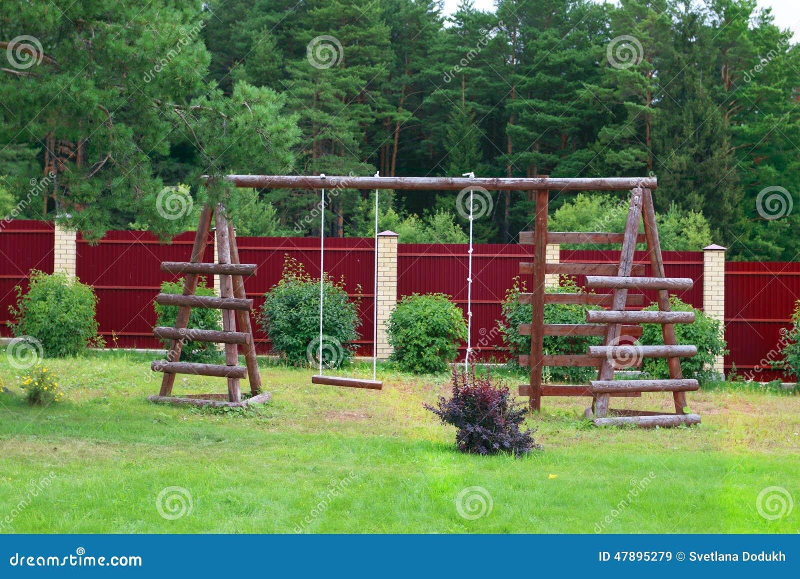 #659A31 de Stock: Clareira com grama verde na frente do balanço e da corda de  1300x957 px cadeira de balanço com corda @ bernauer.info Móveis Antigos Novos E Usados Online