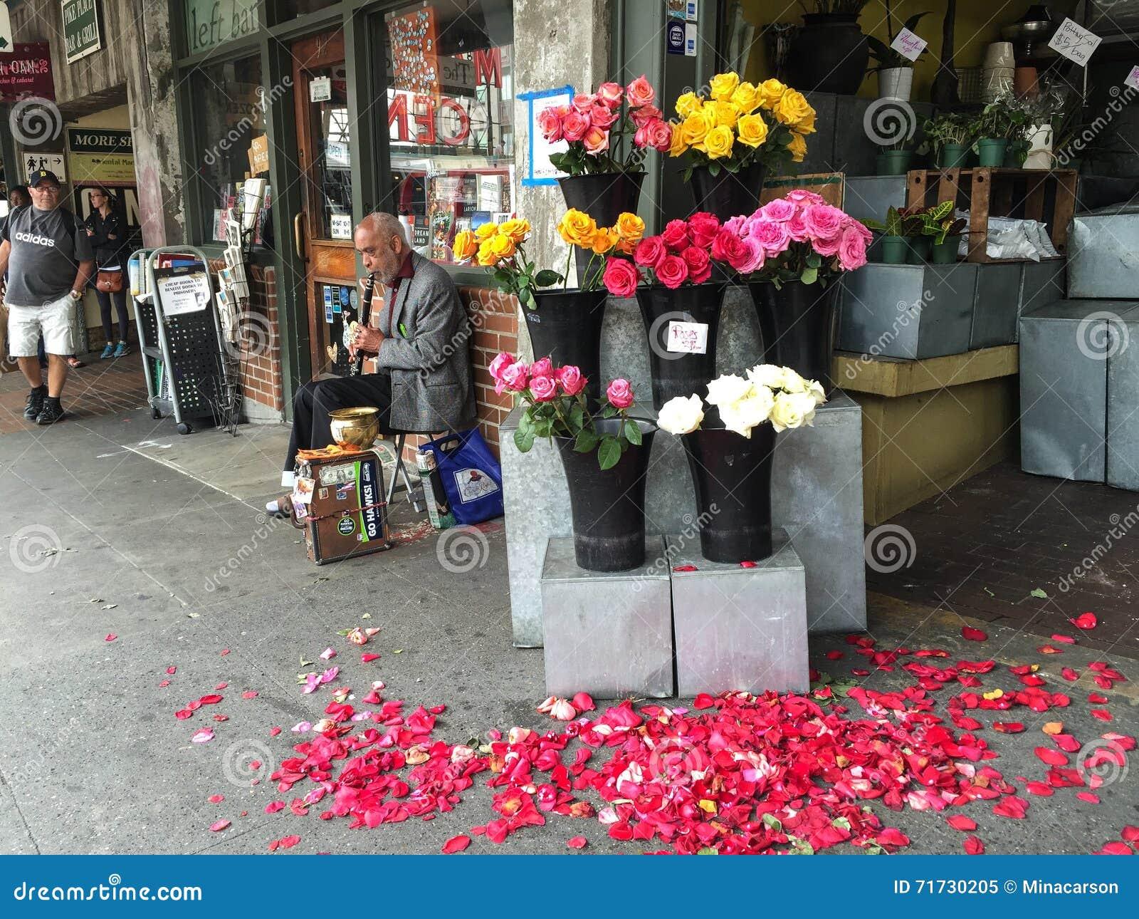 Clarinet Player Outside A Flower Shop Near Pike Place Market Seattle Editori