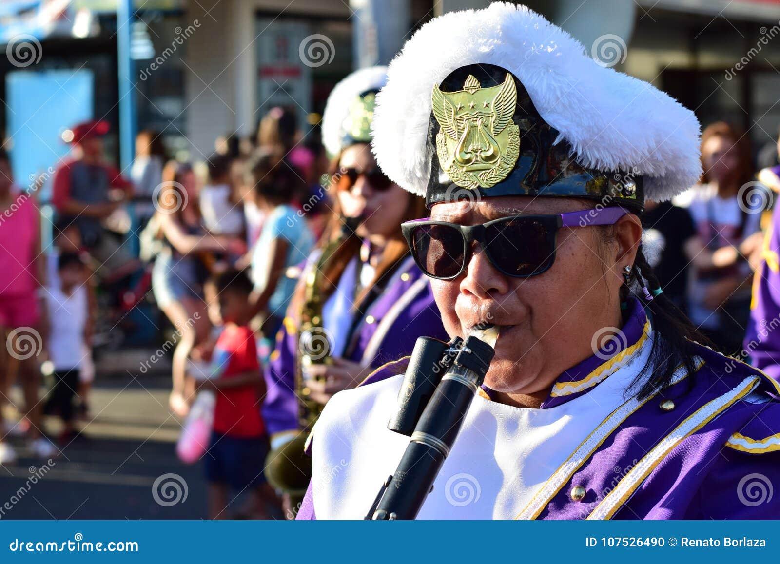 Clarinette masculine de jeu de membre du groupe pendant le cortège Lenten