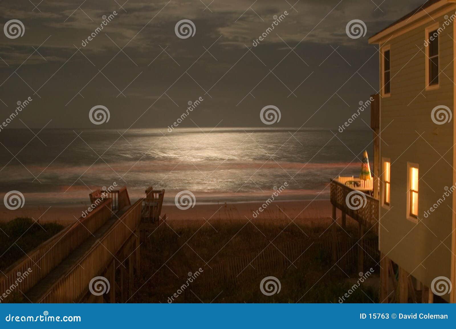 Claro de luna en el océano