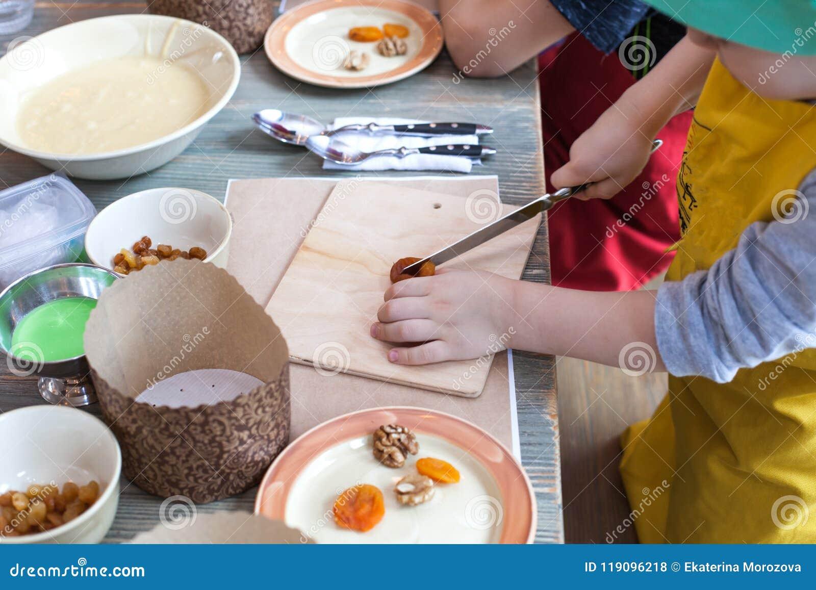 Clase culinaria para los niños y los padres - cocinando la torta de Pascua, en la mentira de la tabla los ingredientes y las herr