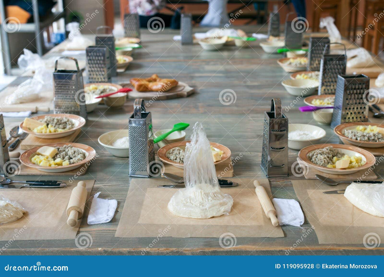 Clase de cocina, culinaria concepto de la comida y de la gente, mesa que consigue lista para el trabajo