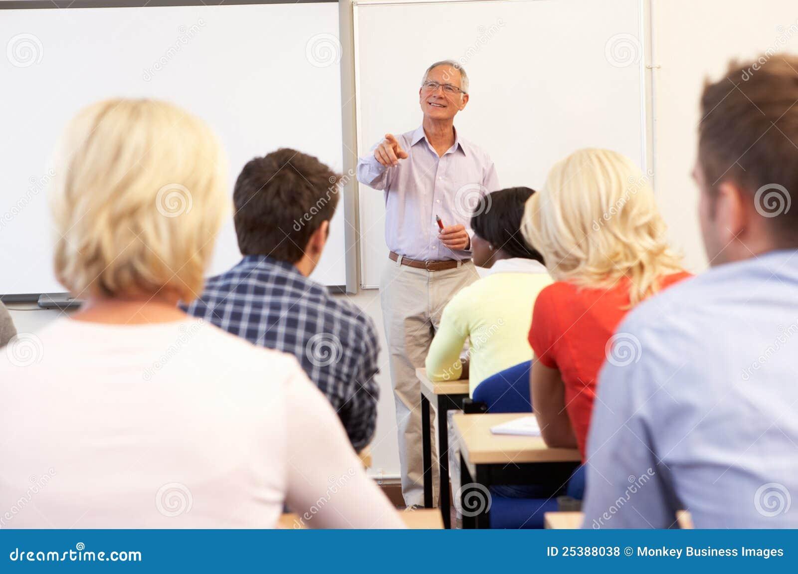 Clase de enseñanza del profesor particular mayor
