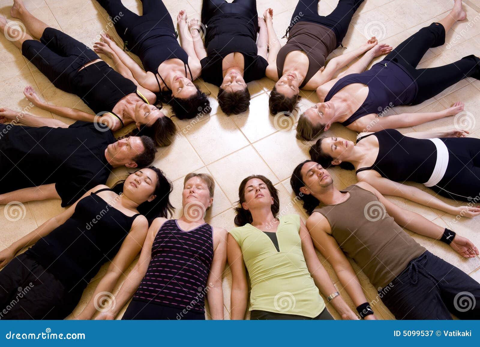 Clase de la yoga que se relaja