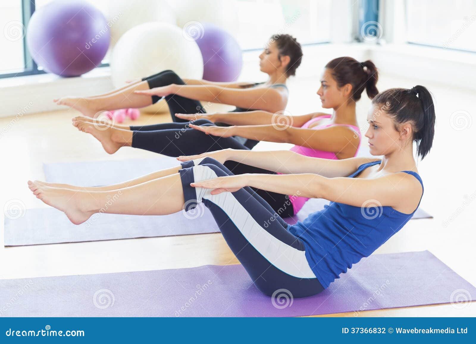 Clasifique Estirar En Las Esteras En La Clase De La Yoga En Estudio ...