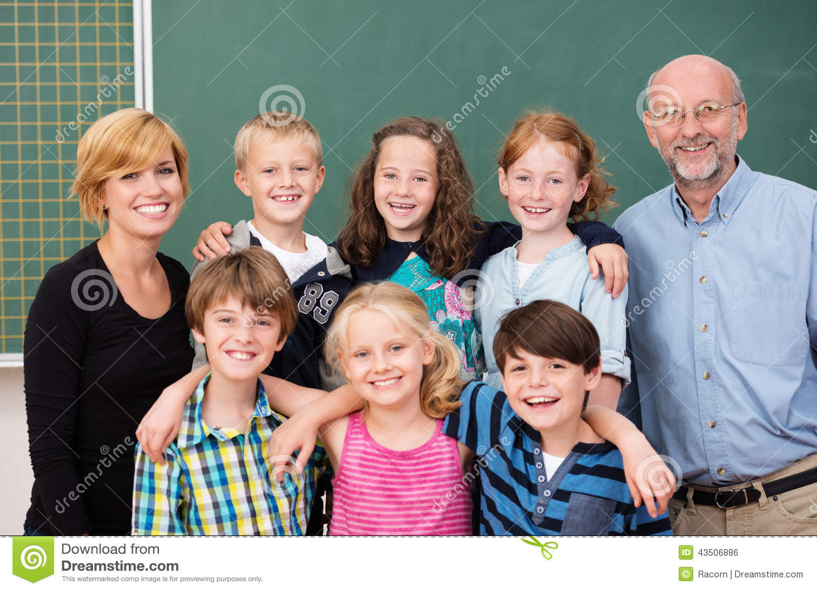 Classe de estudantes novos que levantam com seus professores