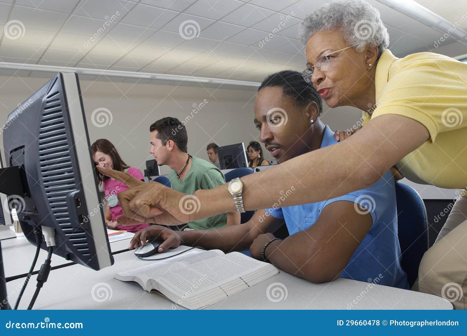 Classe do computador de Assisting Student In do professor