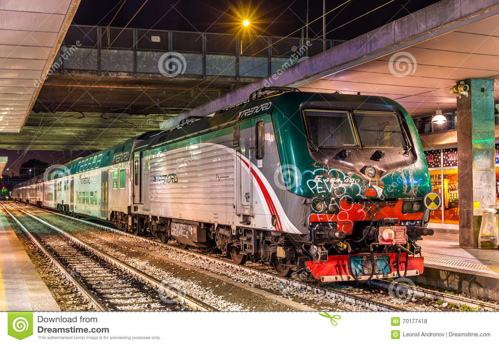 Classe e 464 locomotivi trasportando un treno regionale - Milano porta garibaldi station ...