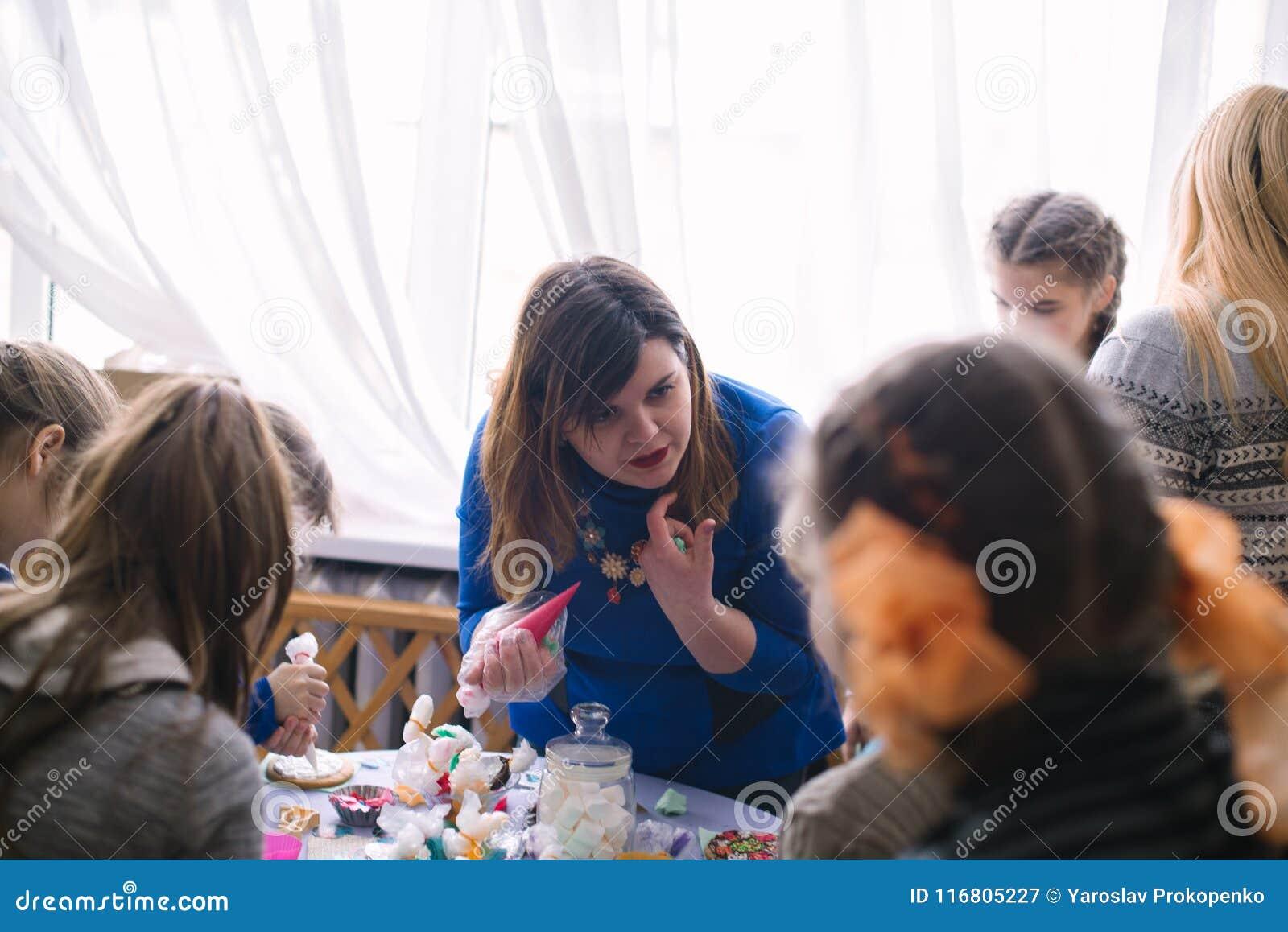 Classe matrice per i bambini nella decorazione dei dolci Cerkasy, Ucraina, il 23 marzo 2018